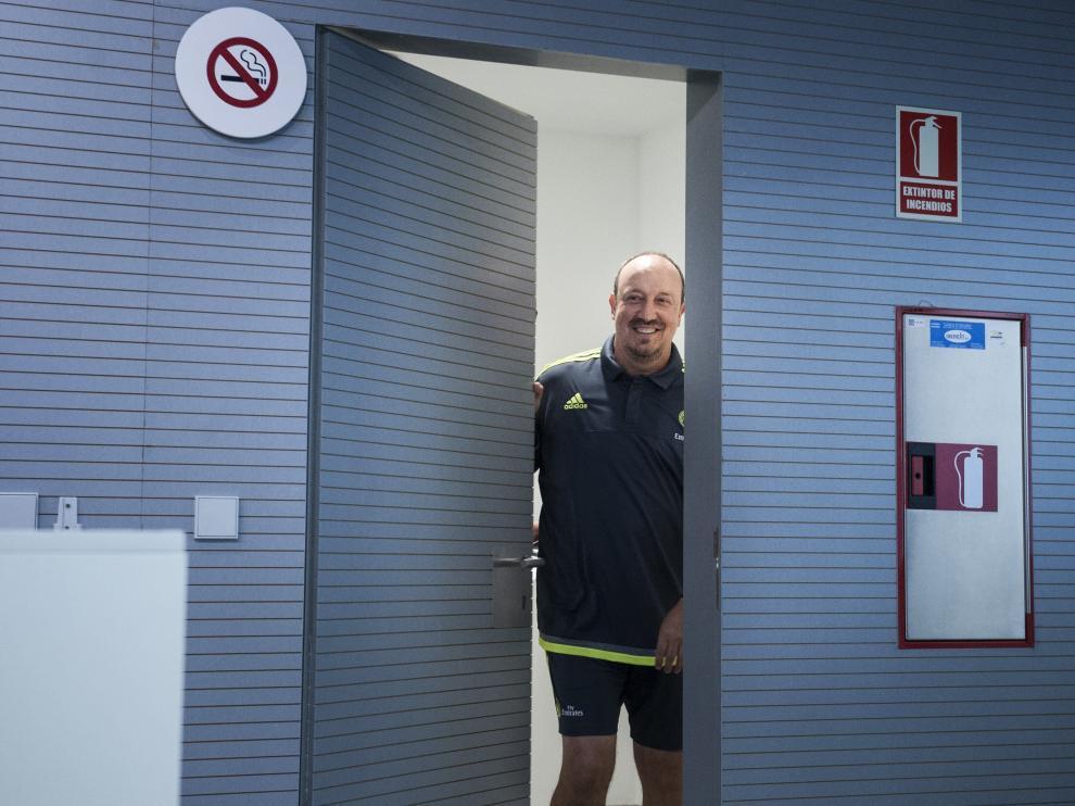 Benítez entra a la sala de prensa del Bernabéu