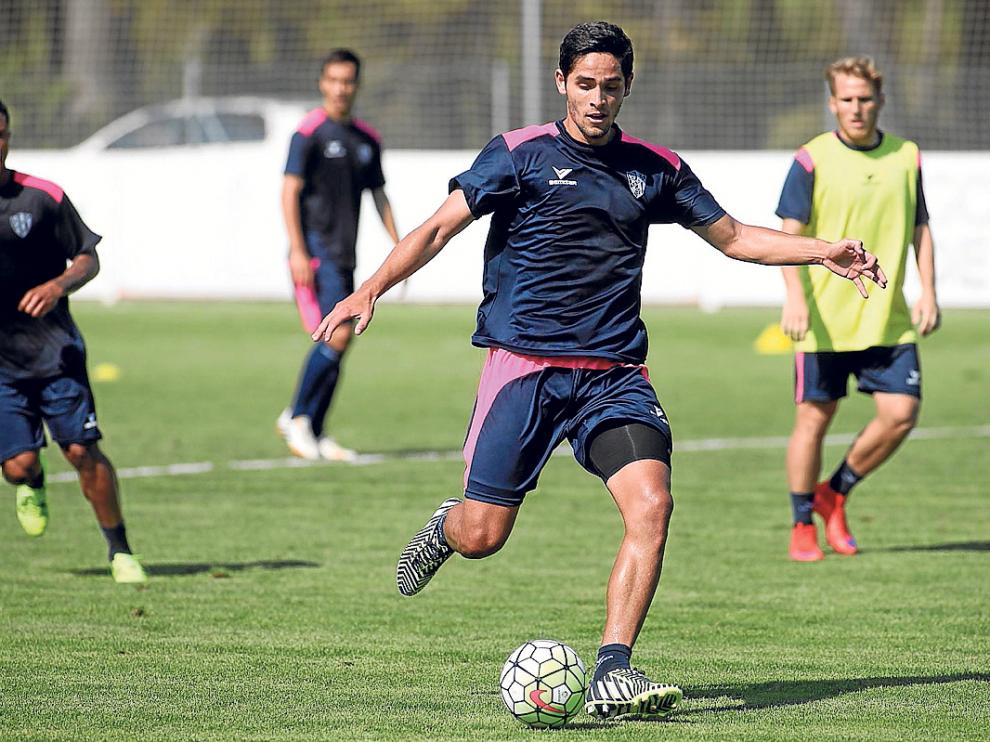 El delantero costarricense Jonathan Moya se entrenó este viernes por primera vez con sus nuevos compañeros.