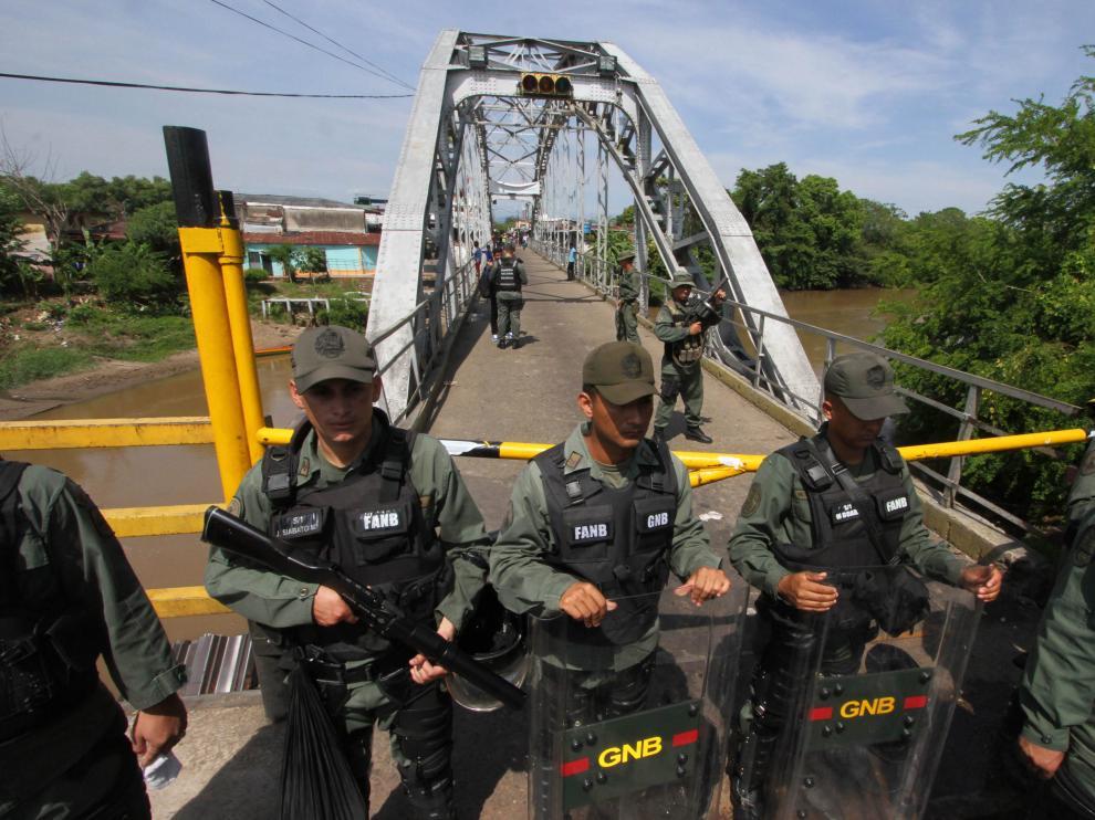 Miembros de la Guardia Nacional Bolivariana resguardan el puente internacional de Unión, en la localidad venezolana de La Fría.