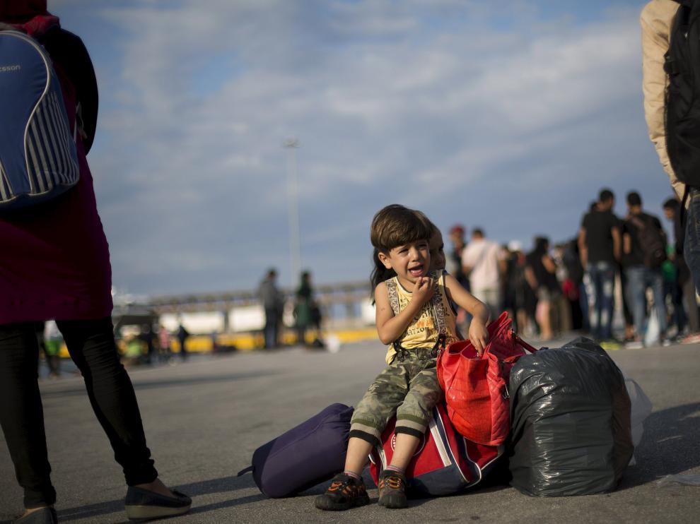 Una niña refugiada siria espera a su llegada al puerto del Pireo, en Atenas.
