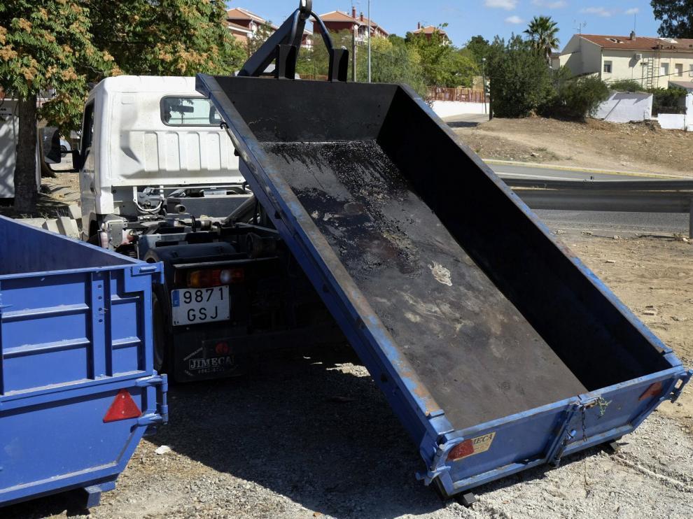Una grúa retira el contenedor donde apareció el cuerpo de la víctima en Nerva.