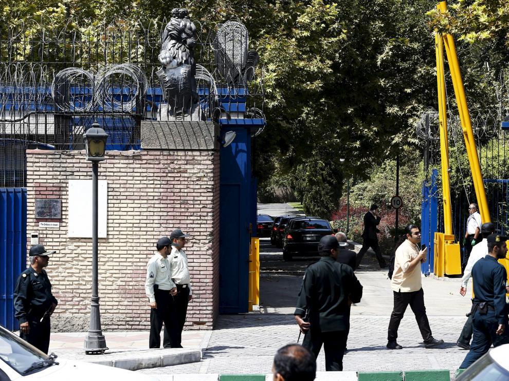 La delegación diplomática británica, a su llegada a la Embajada en Teherán.