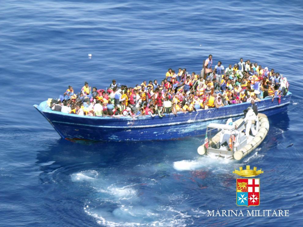 Uno de los barcos con inmigrantes rescatados por la marina italiana.