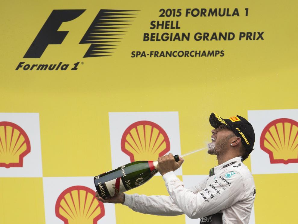 Hamilton celebra su victoria sobre el podio