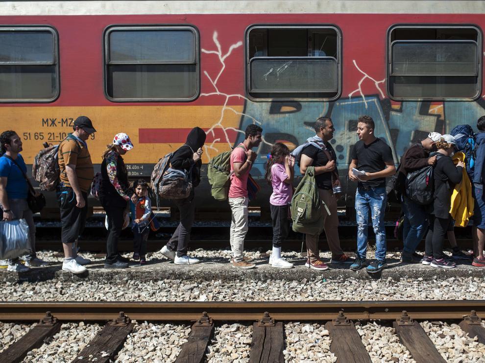Cientos de refugiados viajan a Serbia desde Macedonia