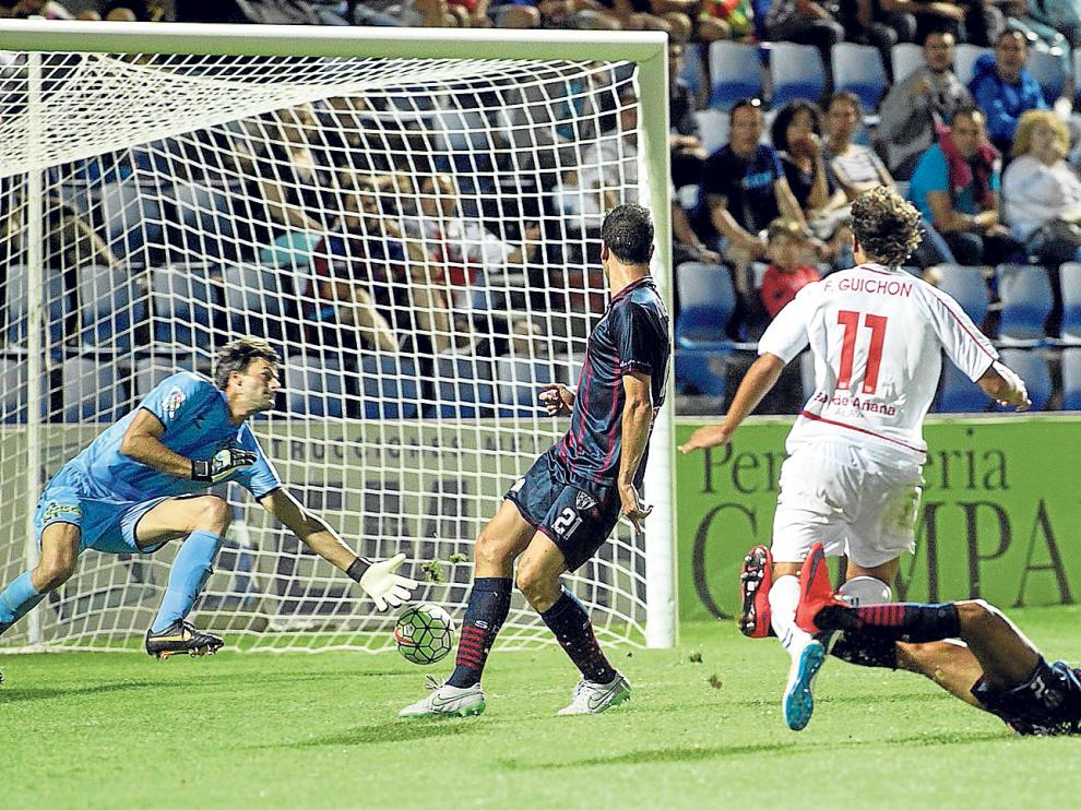 Aythami se tiró al suelo para interceptar a Guichón pero no tuvo éxito y el alavesista batió a Leo Franco subiendo el 0-3 al marcador.