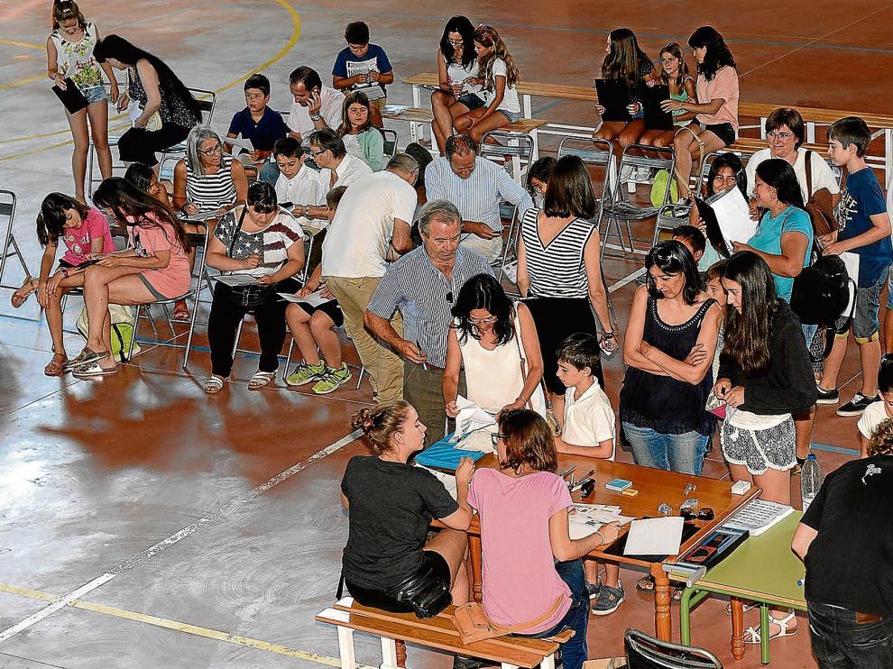 Niños y padres, en las pruebas realizadas en el pabellón deportivo.