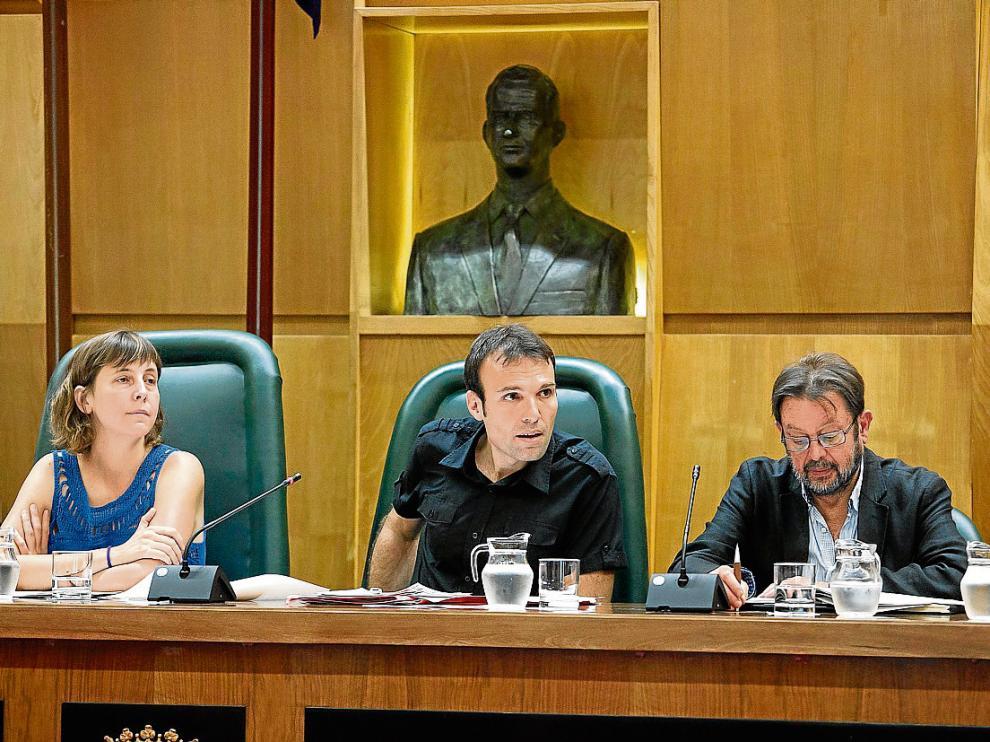 Teresa Artigas, Pablo Muñoz y Carmelo Bosque, ayer en el salón de plenos del Ayuntamiento.