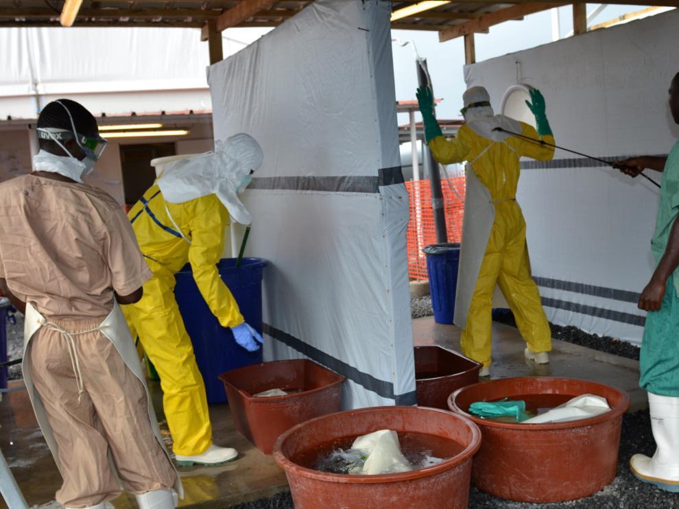 Trabajadores sanitarios en un centro de tratamiento de ébola en Conakry (Guinea).
