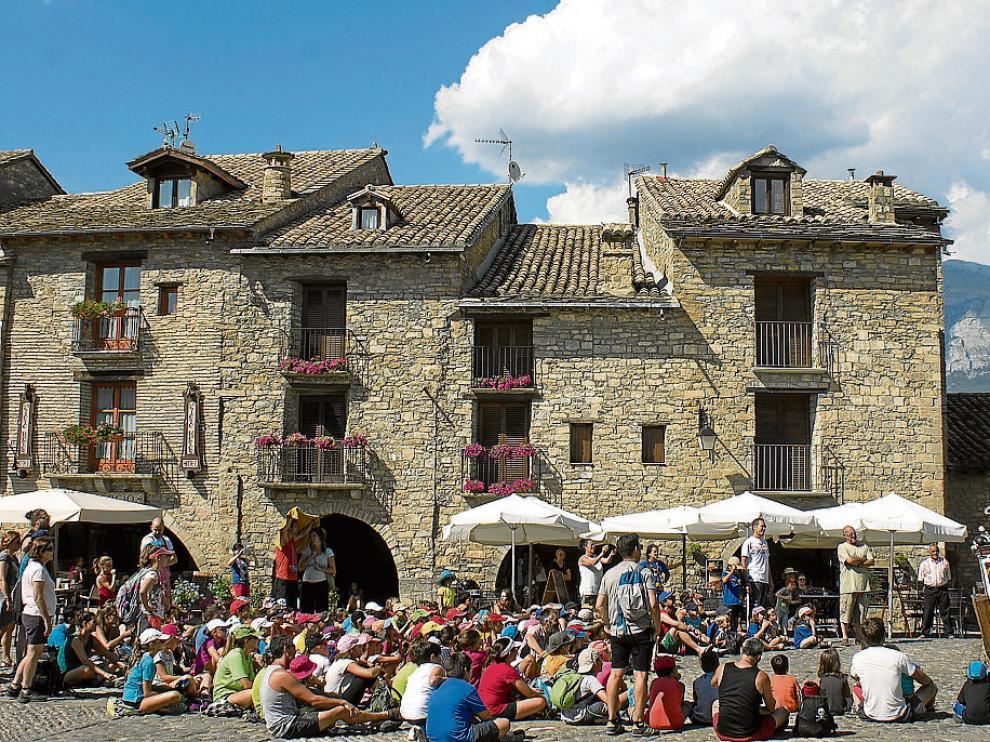 El festival Castillo de Aínsa se inauguró ayer con un espectáculo en la plaza.