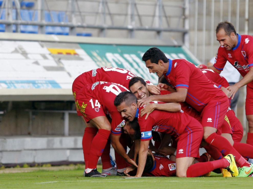 Los jugadores del Numancia celebran el primer tanto rojillo, obra de Óscar Díaz