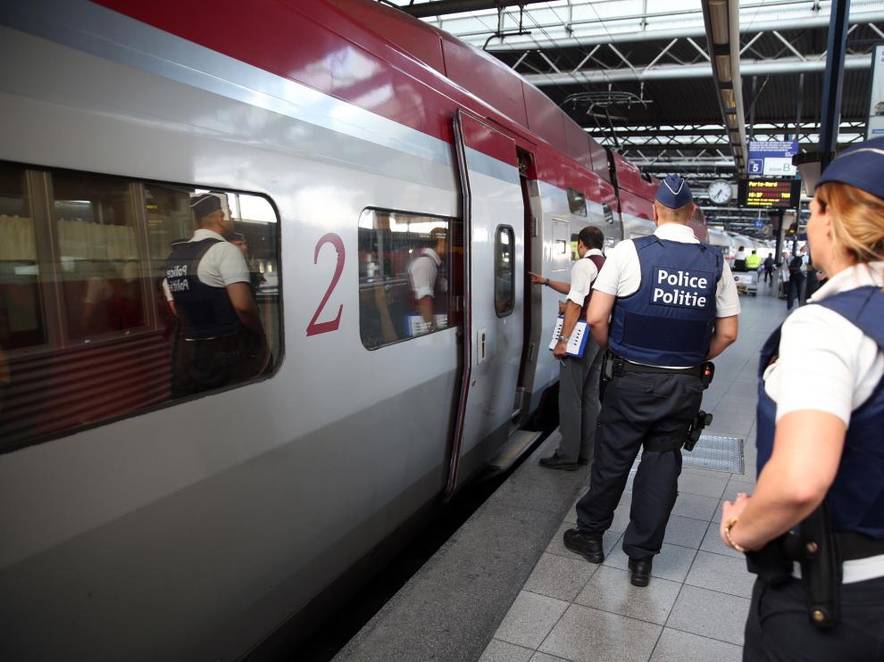 Varios policías investigan el tren Thalys.