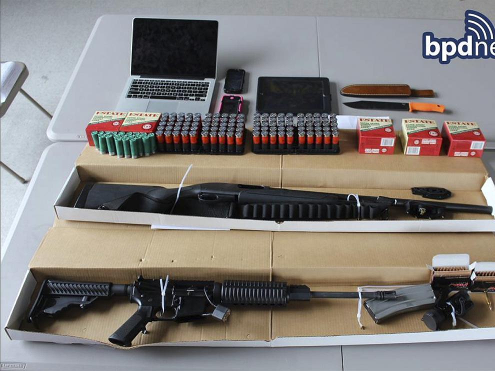 Munición y las armas confiscadas de un vehículo tras la detención de dos hombres.