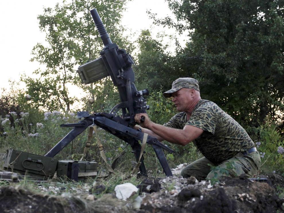 Un soldado cargando la artillería en Ucrania.