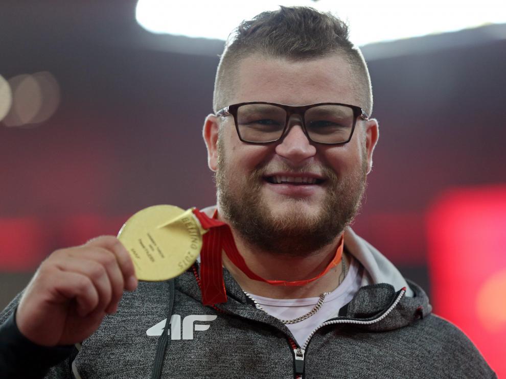 Pawel Fajdek posando con su medalla en los juegos de Pekín 2015.