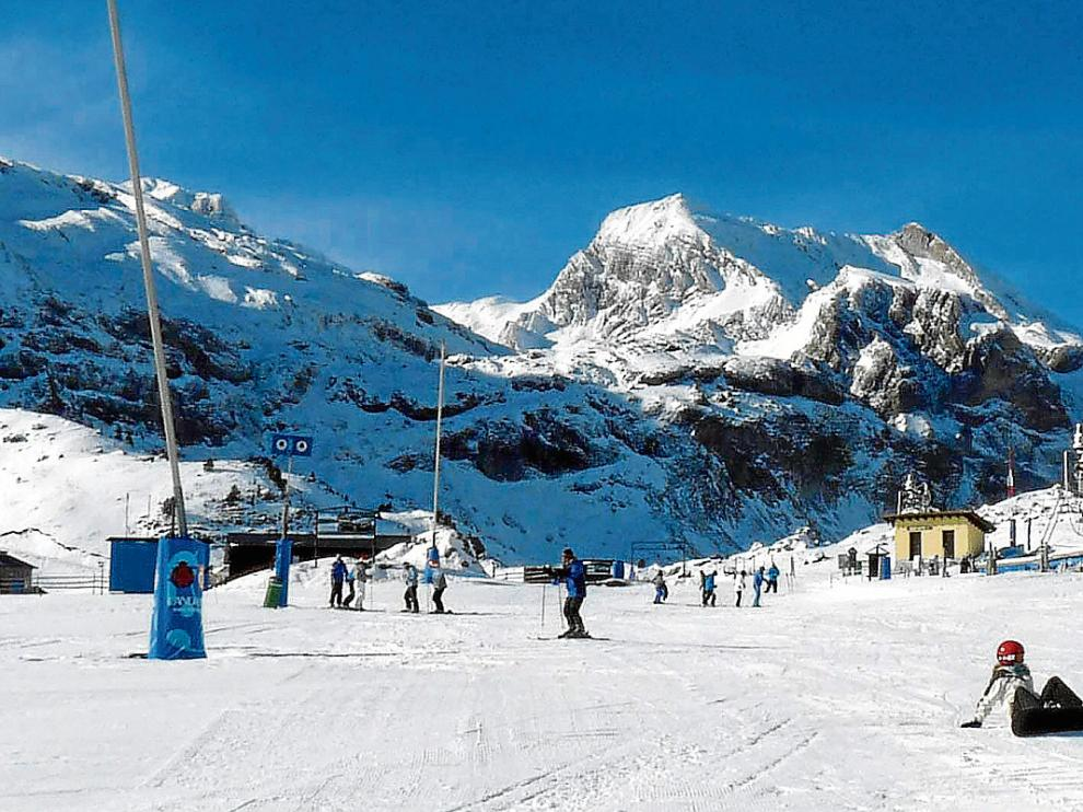 Un grupo de esquiadores, en la zona de Pista Grande de la estación de Candanchú.