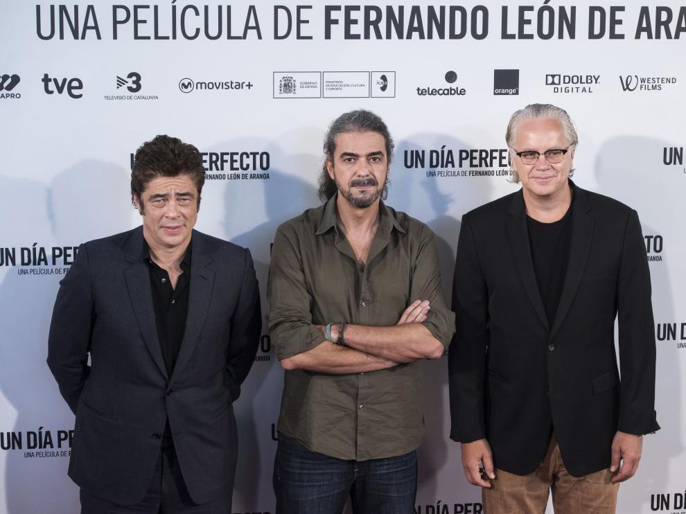Los actores Benicio del Toro y Tim Robbins junto con el cineasta Fernando León en el photocall de la película 'Un día perfecto'.