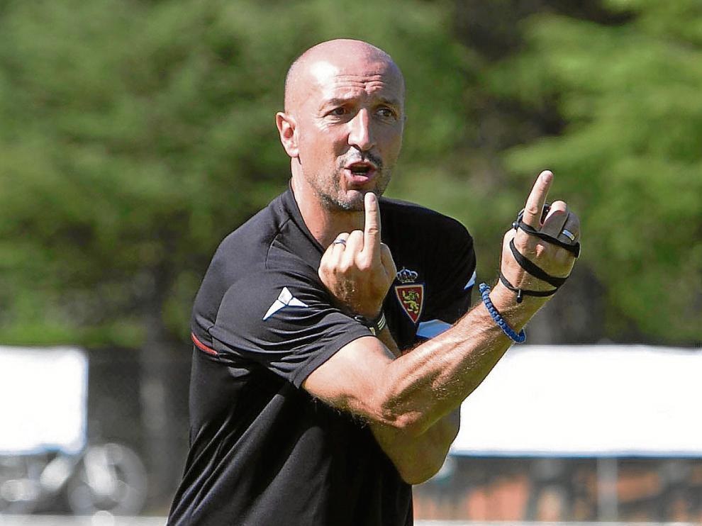 Ranko Popovic da instrucciones a sus jugadores durante un entrenamiento, en Boltaña.