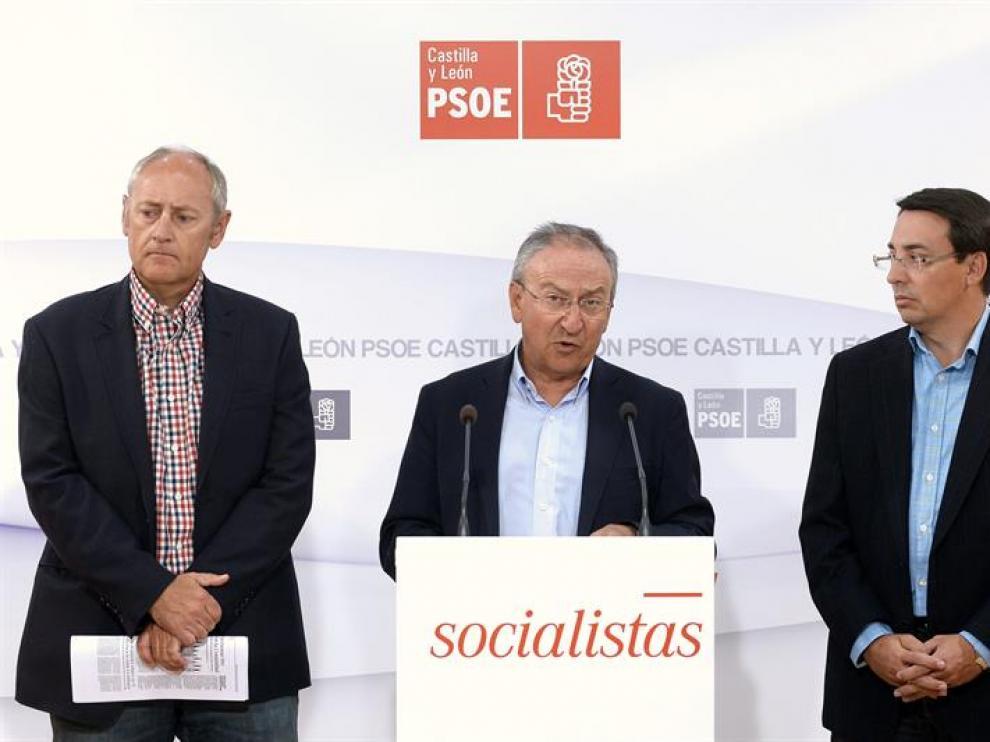 De izq a dcha, el procurador socialista, Jesús Guitiérrez, el secretario de Educación del PSCyL, Emilio Álvarez y el portavoz en Educación del Grupo Parlamentario socialista en las Cortes, Fernando Pablos.