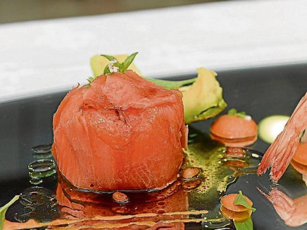 Timbal de salmón relleno de cangrejo y aguacate.