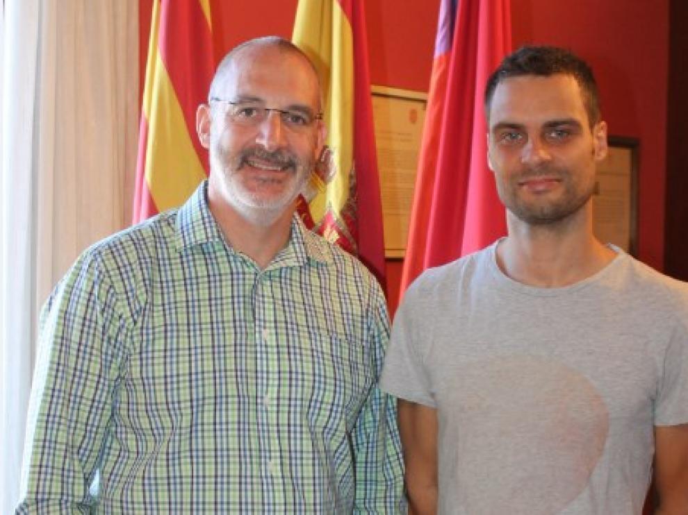 Y el alcalde Álvaro Burrell con Nacho Ordín, pregonero de honor de las fiestas de Monzón.