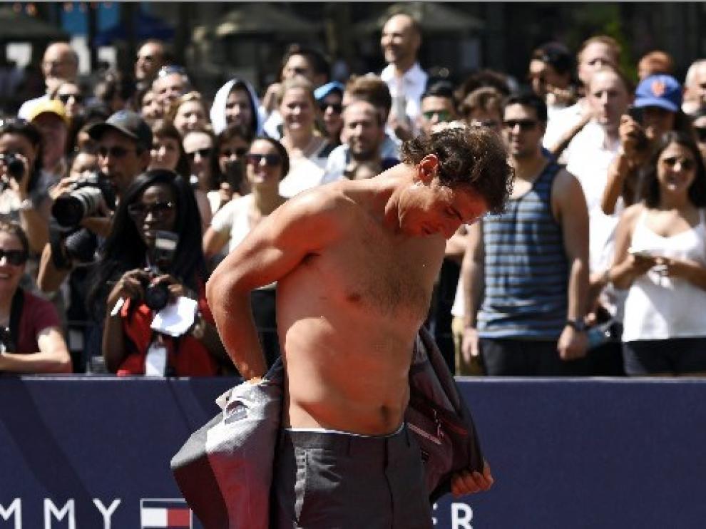Nadal comenzó a jugar contra los modelos a un tenis en el que, por cada punto fallado, había que quitarse una prenda.