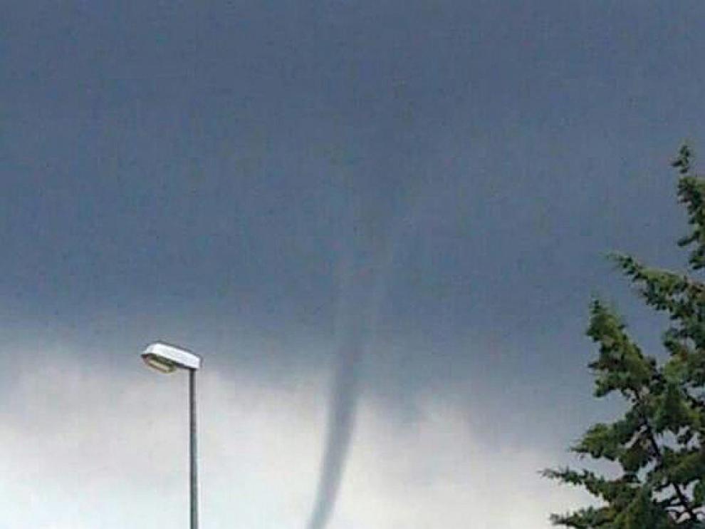 El tornado cruzando por detrás del casco urbano de Mosqueruela.