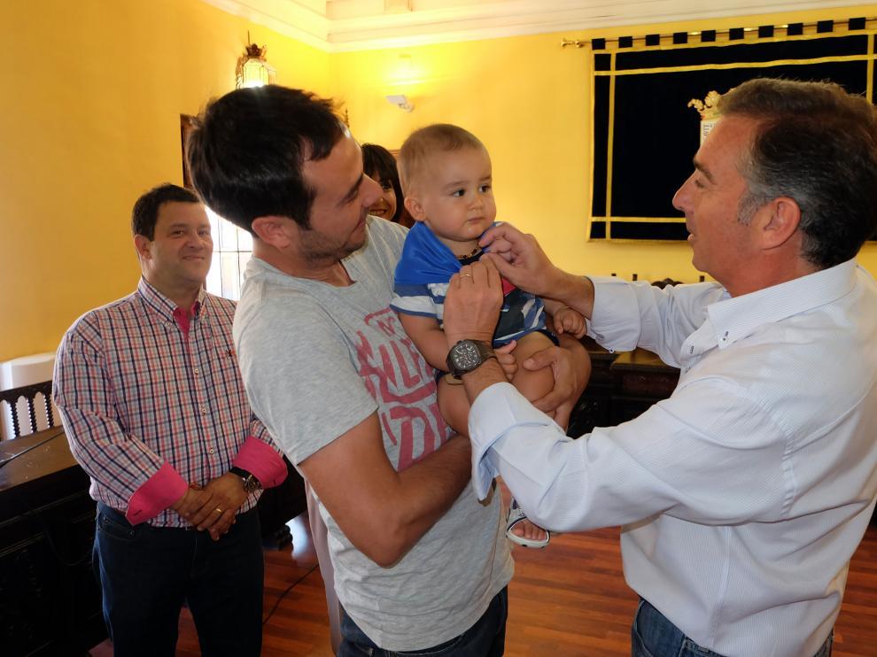 El alcalde, Luis María Beamonte, impone el pañuelico a uno de los bebés.