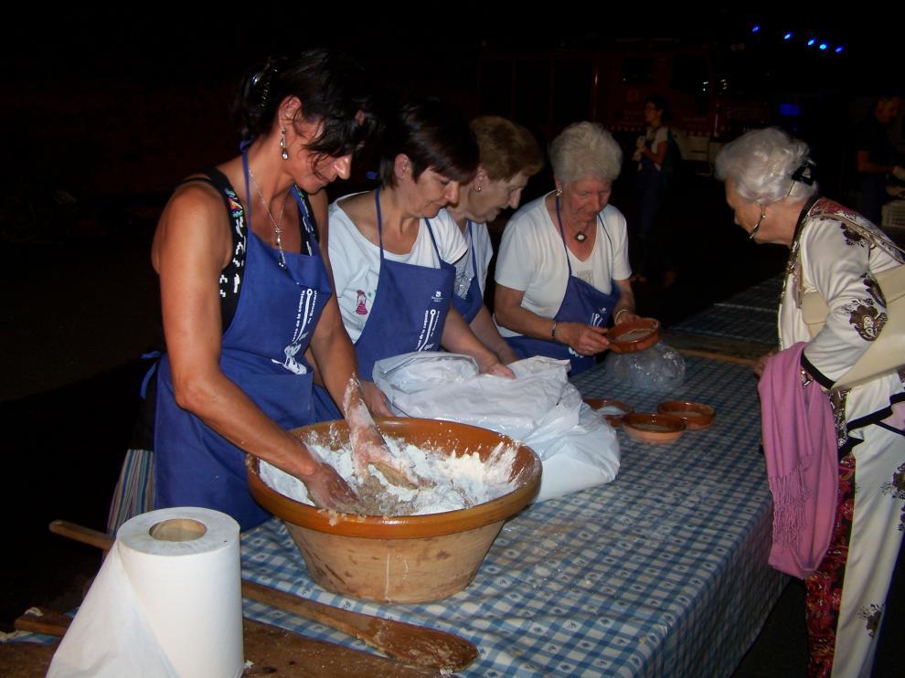 Una de las colaboradoras prepara la masa de la coqueta en la Festa del año pasado.