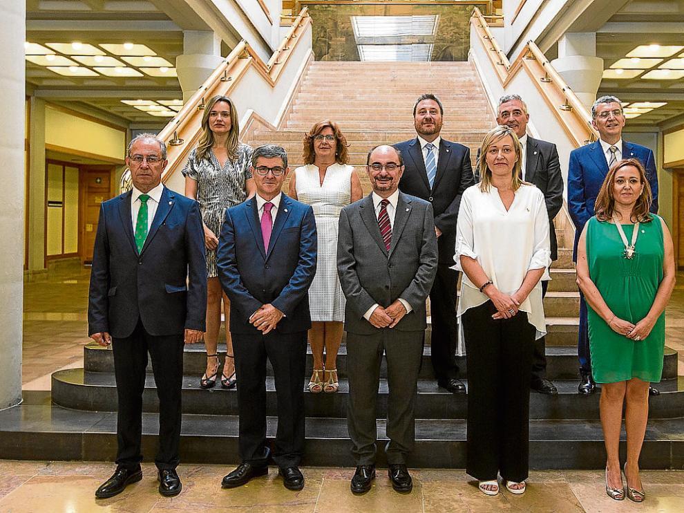 El equipo formado por Javier Lambán, tras su primer consejo de gobierno.