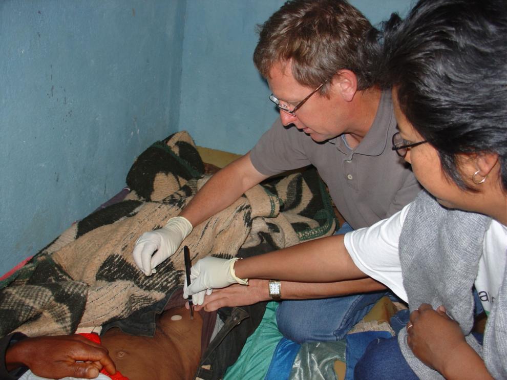 Unos médicos examinan a un paciente afectado por la peste bubónica.
