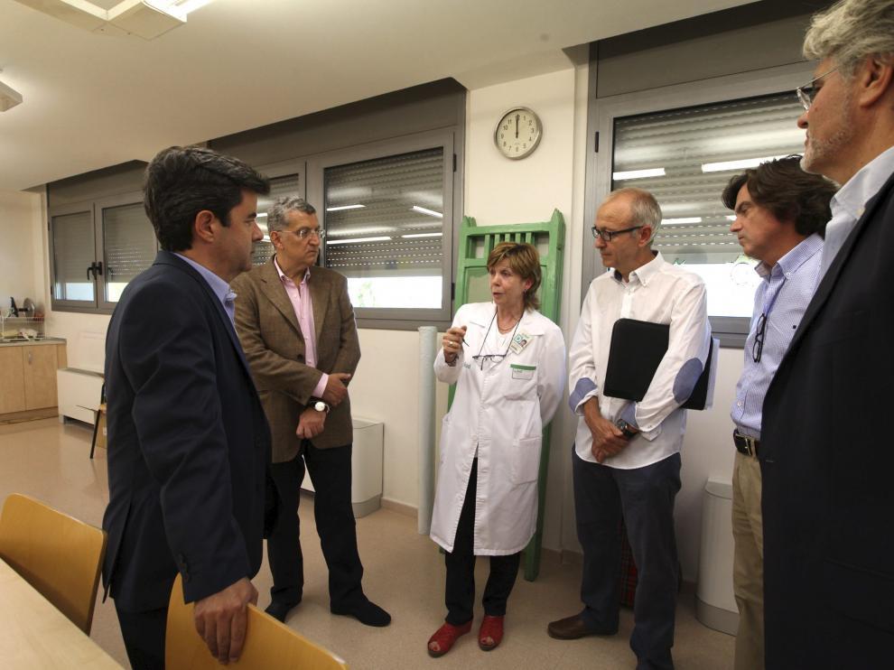 El consejero de Sanidad, Sebastián Celaya, ha visitado el hospital psiquiátrico de medias estancias Santo Cristo de los Milagros de Huesca.
