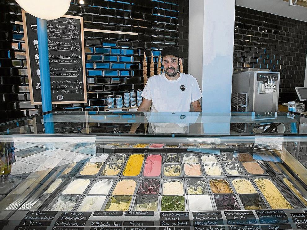 Aitor Otín muestra la amplia gama de helados que ofrece en su local junto a la plaza San Antonio.