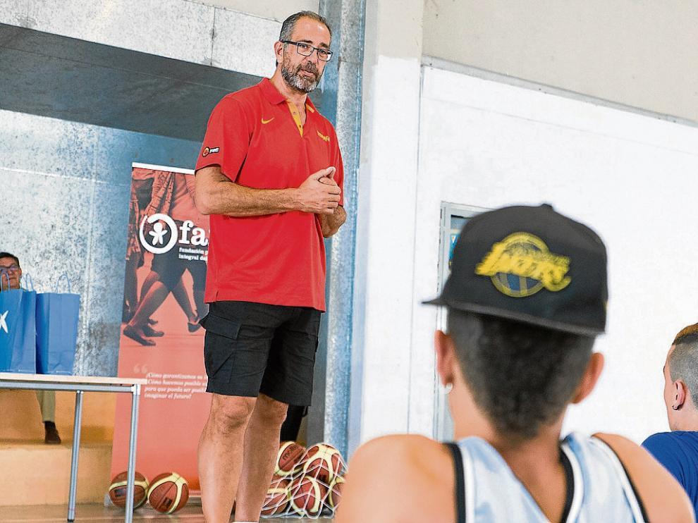 Juan Antonio Orenga, ayer durante el clínic que impartió en el Centro de Menores de Juslibol.
