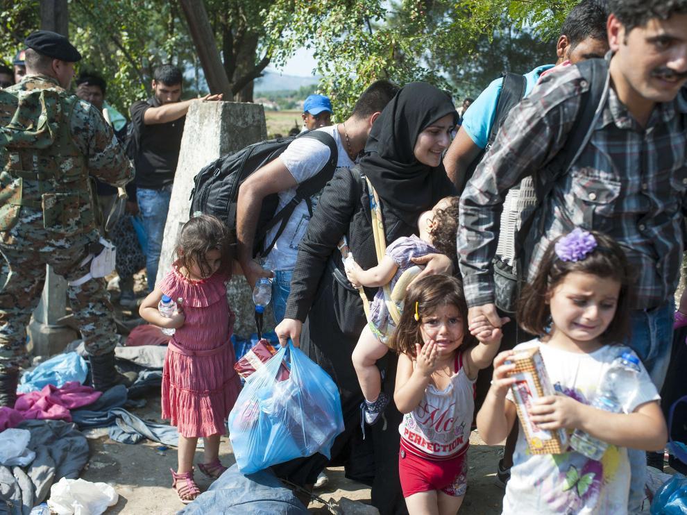 Familias enteras intentan cruzar a Europa por la frontera de Macedonia
