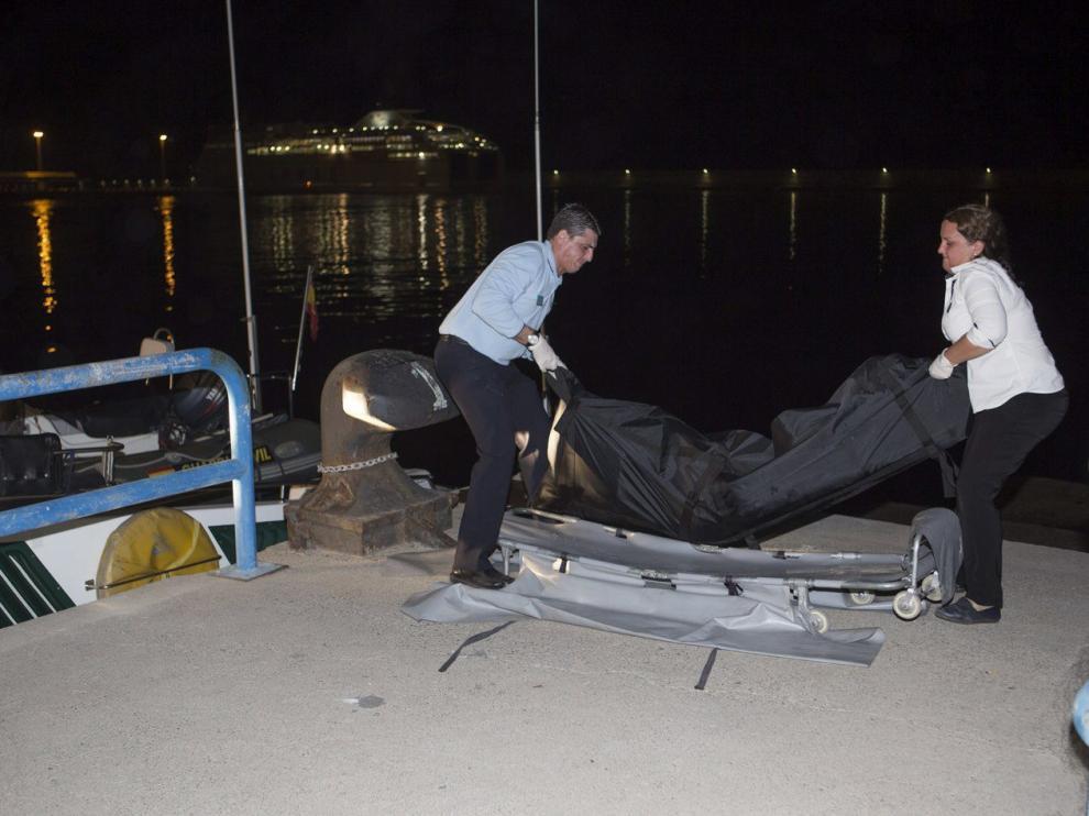 Efectivos del Servicio Marítimo de la Guardia Civil de Motril trasladando el cadáver del inmigrante subsahariano.