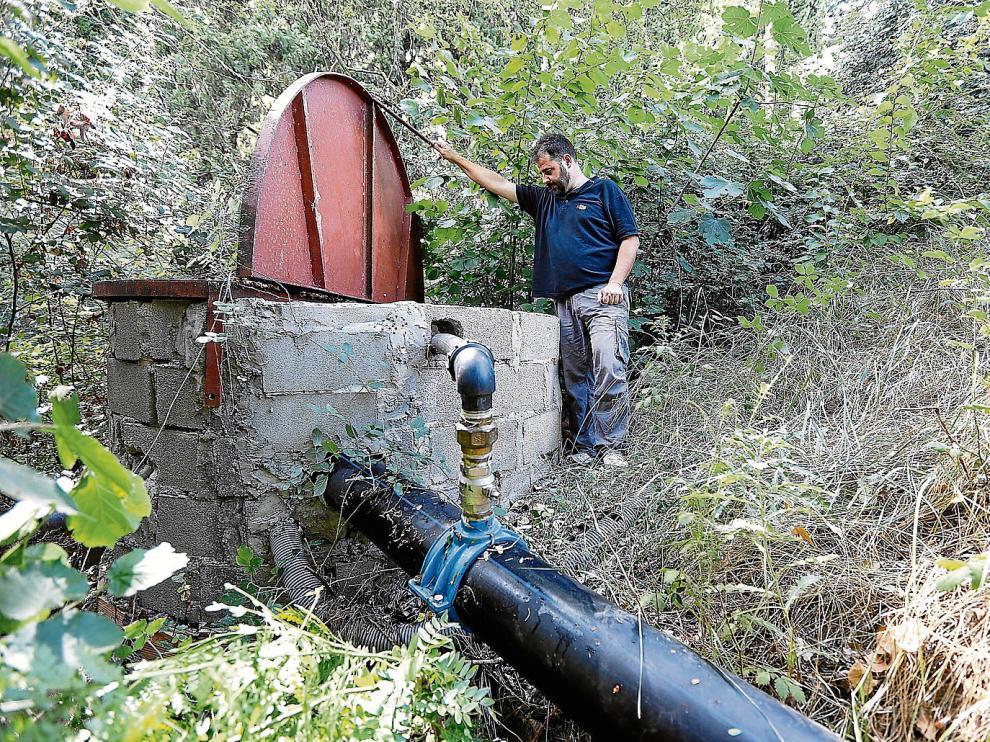 El alcalde de Igriés, Roque Adrada, en el pozo de abastecimiento del que se nutre también Yéqueda.