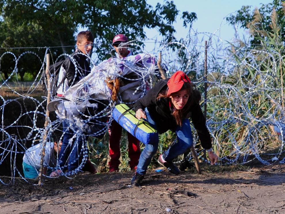 Una mujer cruza la frontera hacia Serbia.