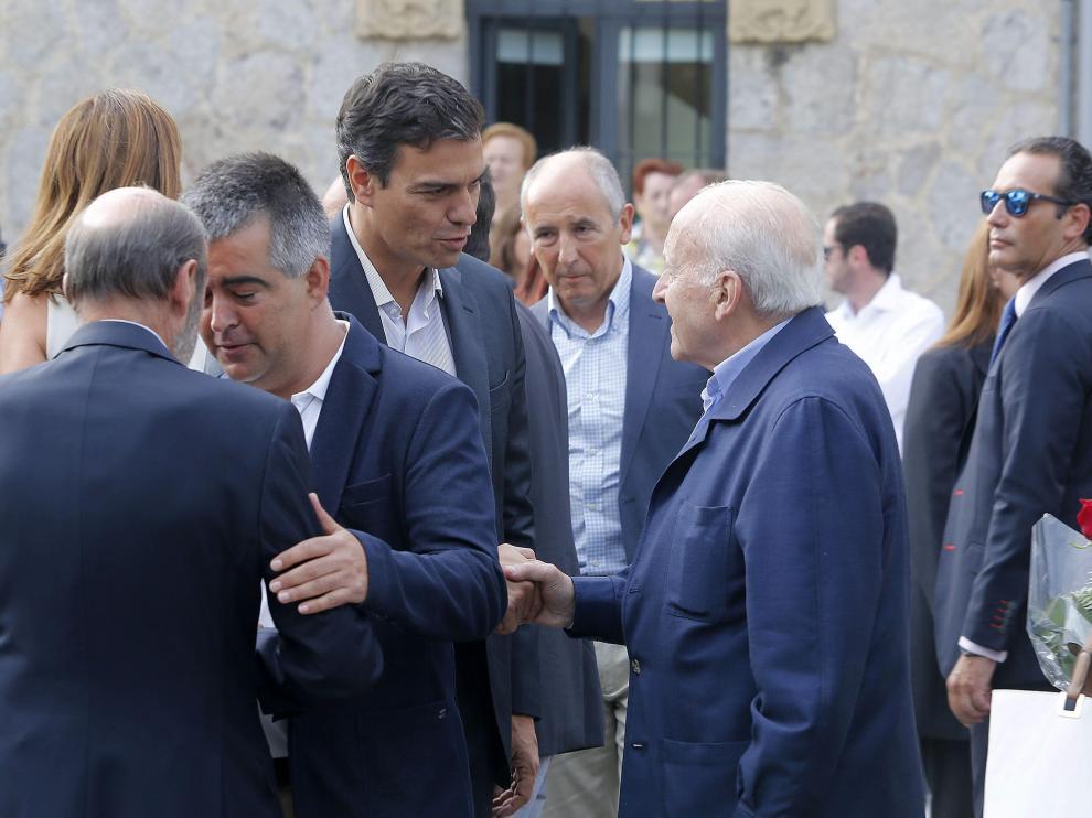 Pedro Sánchez saluda al expresidente del PNV, Xabier Arzalluz, durante el funeral de Txiki Benegas.