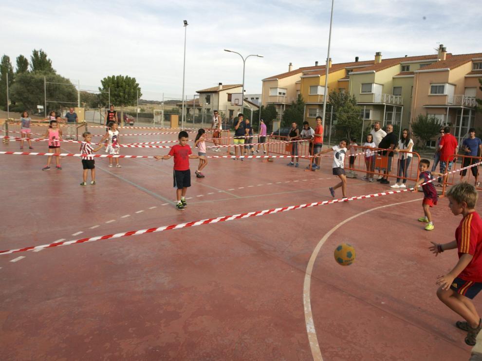 Los más pequeños de Monflorite se divirtieron en el futbolín humano.