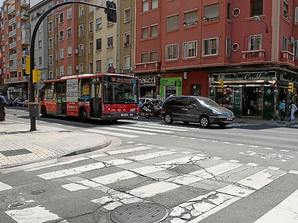 El contraste entre el nuevo firme de la avenida de Valencia y el de la calle de Lérida.