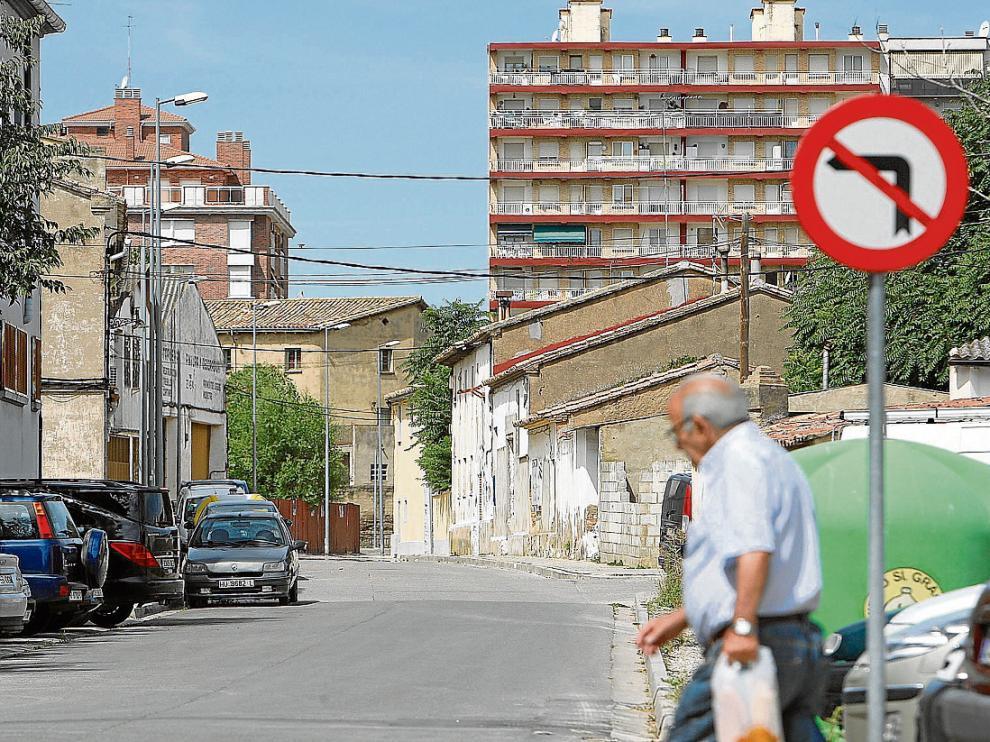 Calle de Valentín Gardeta, en el polígono 14, con los edificios de la avenida Danzantes al fondo.