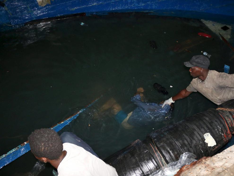 Rescate de uno de los fallecidos en el naufragio