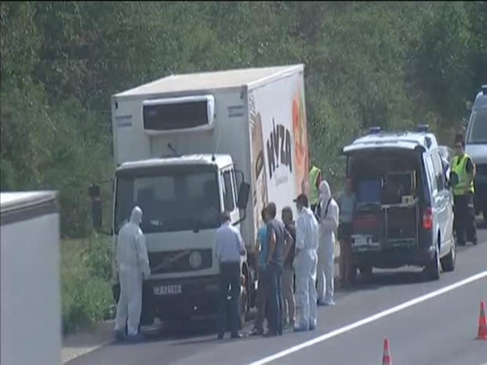 Hallados muertos decenas de refugiados en un camión en Austria