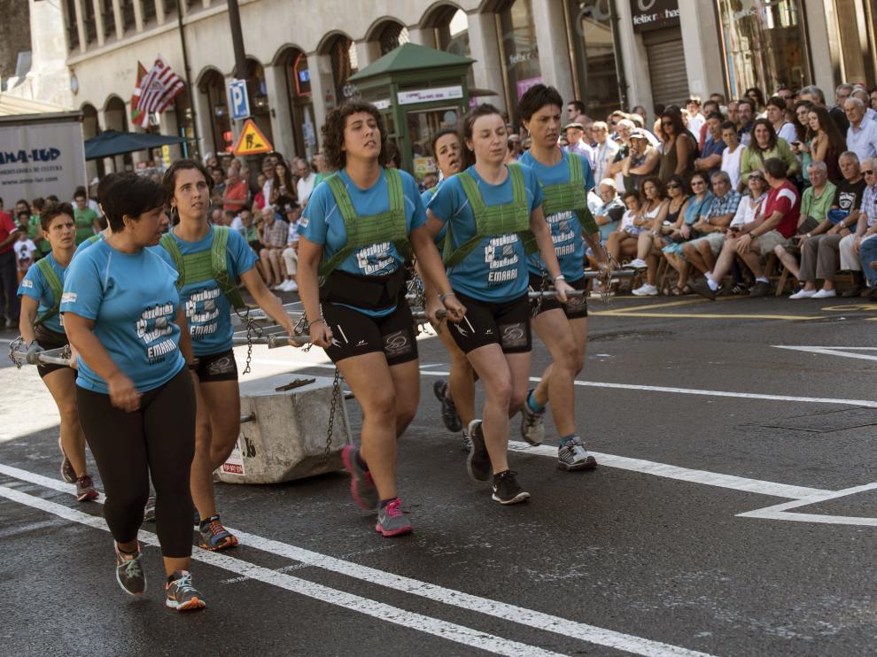 Dos equipos de mujeres, uno vizcaíno, de Zeanuri, y otro guipuzcoano, de Astigarraga, han competido en el arrastre.