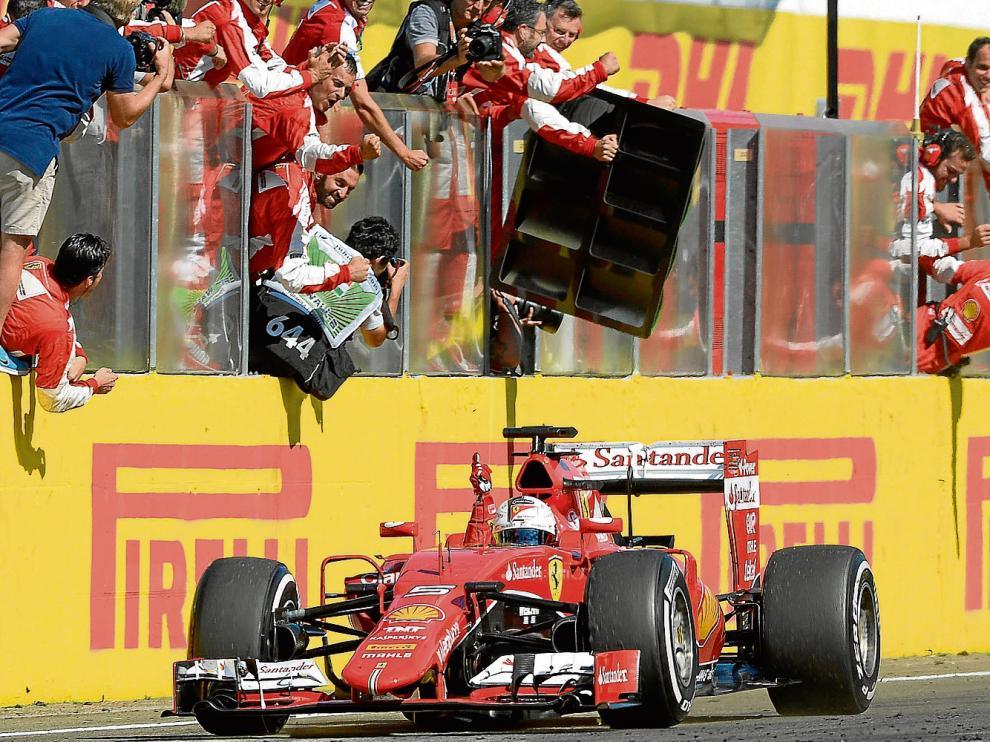 Sebastian Vettel cruza la meta de Hungaroring en primer lugar, señalando al cielo.