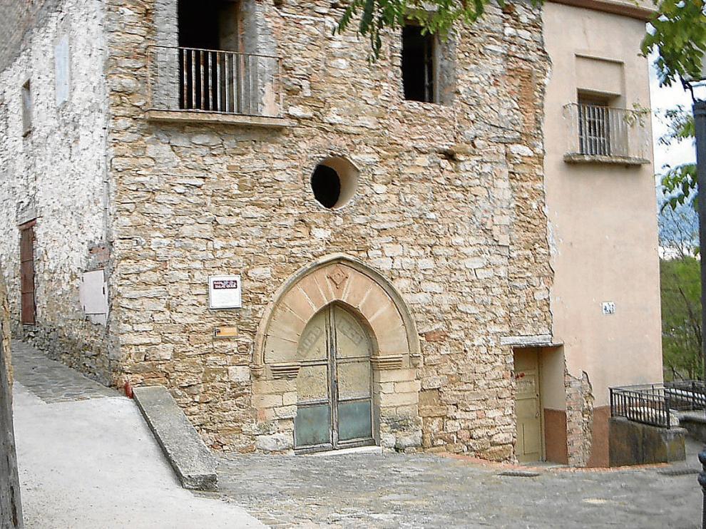 Puerta de entrada al antiguo hospital de Santa Elena, en Benabarre.