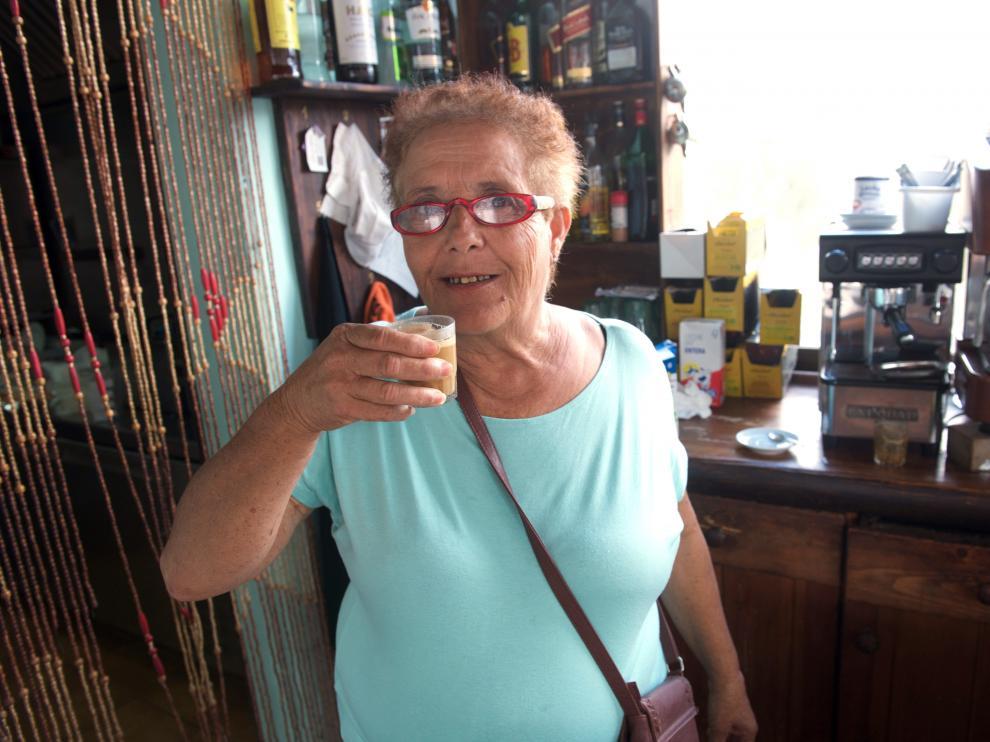 Josefa Hernández toma un café en el bar que regenta una de sus hijas.