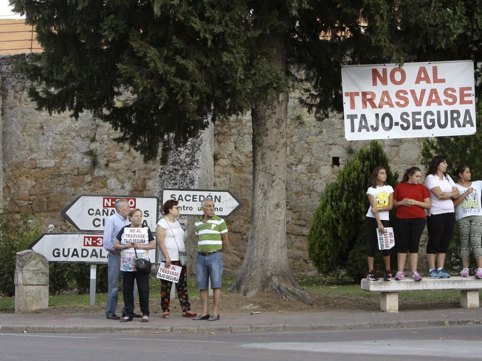 Varias personas se han manifestado contra el trasvase en Sacedón, junto al embalse de Entrepeñas.