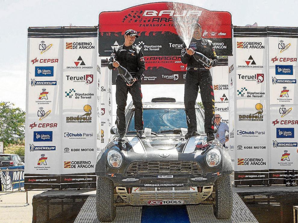 Nani Roma y su copiloto, Álex Haró, celebraron ayer su victoria en la Baja subidos en su mini.